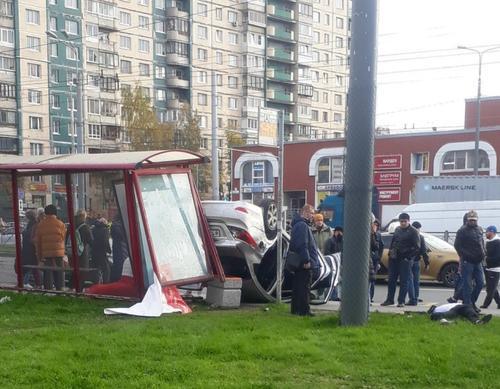 В Петербурге автомобиль протаранил остановку. Иномарка на большой скорости снесла людей, ожидавших автобуса
