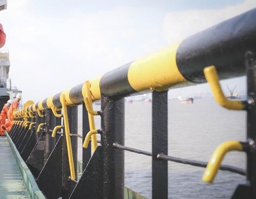 Утечки топлива из поврежденного взрывом танкера в Азовском море не зафиксировано