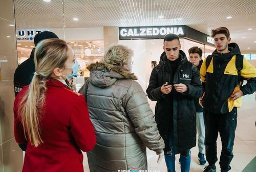 В ходе рейда по торговым центрам ЗАО 29 октября выявили 64 «безмасочников»