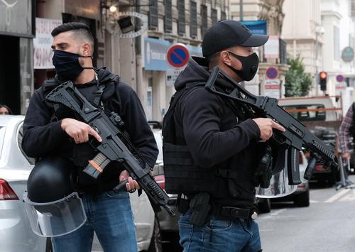 Макрон приказал вывести войска на улицы городов во Франции