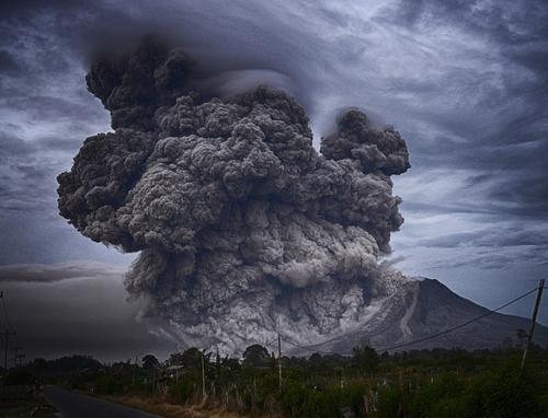Вулкан Карымский выбросил шестикилометровый столб пепла на Камчатке