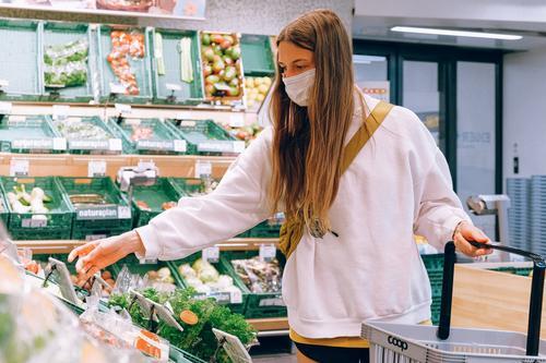 РБК: россияне начали закупать товары впрок из-за осложнения ситуации с коронавирусом