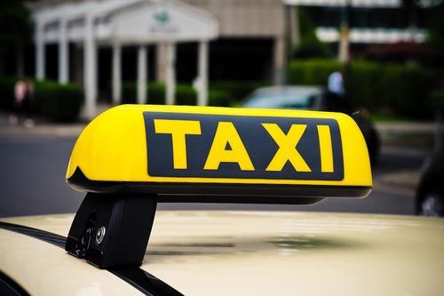 Таксисты Екатеринбурга могут вступить в конфликт с властями из-за требования установить защитные экраны