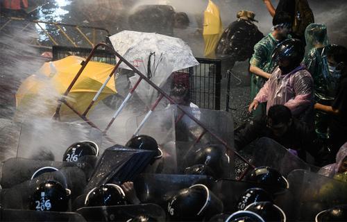 Премьер Таиланда начал угрожать протестующим