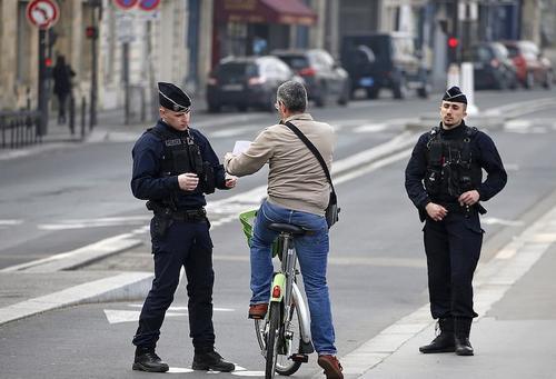 Франция не планирует в ближайшее время снимать действующие в стране ограничения из-за COVID-19