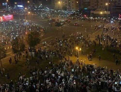 В Минске сторонники оппозиции собираются небольшими группами, в центр города стянута военная техника