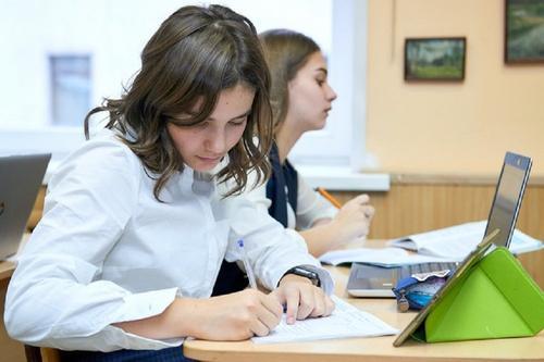 Рособрнадзор не планирует отменять итоговое сочинение в 11-х классах