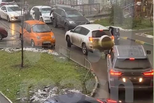 Автомобилисты подрались на парковке в Москве из-за заблокированного выезда