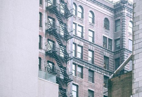 В Петербурге с балкона пятого этажа мужчина выбросил избитую девушку после застолья
