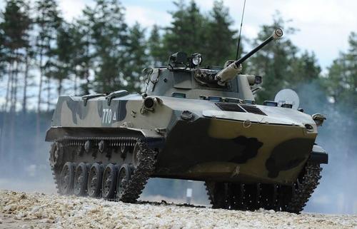 В Пскове военный случайно выстрелил из пушки боевой десантной машины в ТЦ, снаряд попал в «Детский мир»