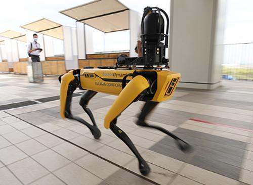 Роботы устроили дискотеку под песню из «Грязных танцев»