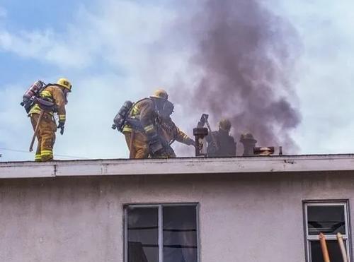 Семью с двумя детьми спасли хабаровские МЧСники от пожара