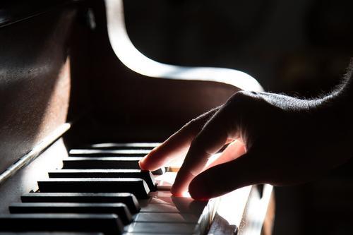 Видео Галкина, как его с Пугачёвой сын Гарри за роялем импровизирует с Николаевым, стало хитом