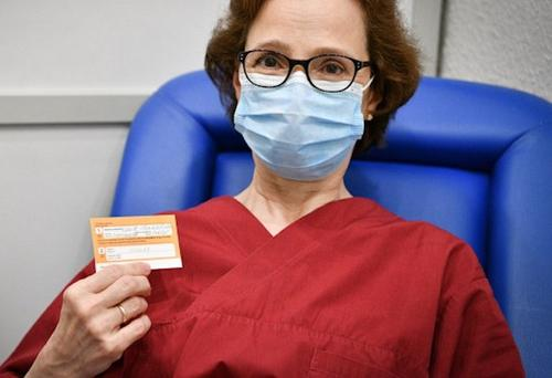 Вакцинация: жена президента Латвии показала пример и привилась