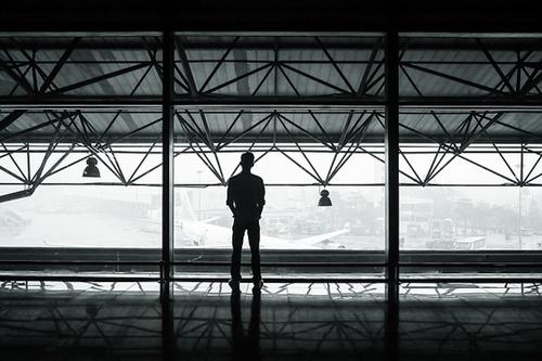 Американец три месяца жил в аэропорту Чикаго, «спасаясь» от пандемии COVID-19