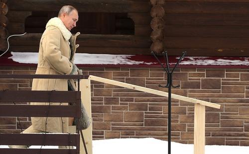 Кремль опубликовал фото Владимира Путина: президент окунулся на Крещение в прорубь