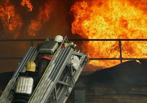 Четыре человека погибли при пожаре в гаражном комплексе в Новосибирске