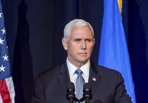 Уходящего вице-президента США Пенса встретили аплодисментами на инаугурации Байдена