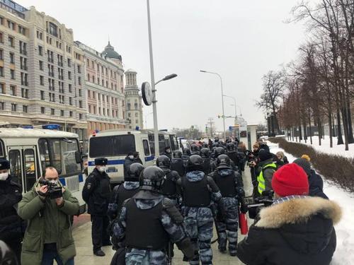 Полиция задерживает людей прямо у метро. Чем больше арестуют сейчас, тем меньше участников будет на несогласованной акции