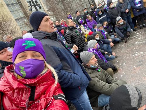 «Бойцы Прилепина» в опознавательных шарфах своей партии прибыли на Пушкинскую площадь