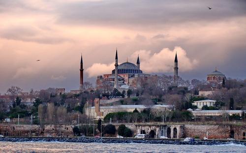Источник в полиции Стамбула заявил, что подозреваемого в нападении на россиян задержали