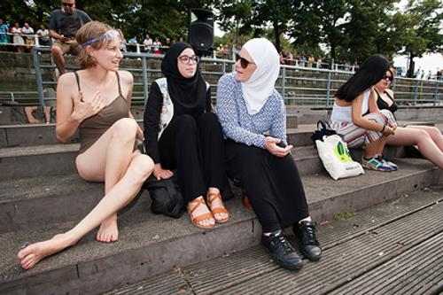 Макрон хочет выгнать иностранных имамов и запретить сертификаты о девственности