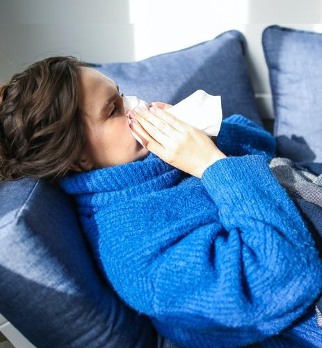 Врач Вознесенский объяснил, чем отличаются остаточные симптомы COVID-19 от нового заражения