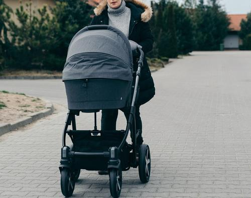 В Воронеже на коляску с младенцем из окна выпал мужчина