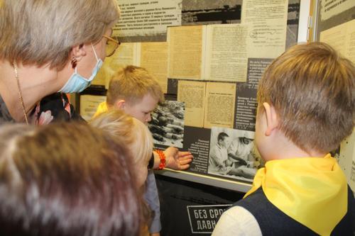 Школьники самыми первыми увидели документальную выставку «Без срока давности»