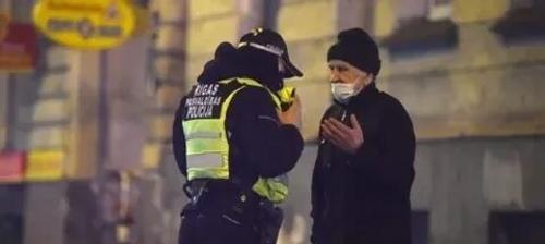 Правительство Латвии отменило комендантский час