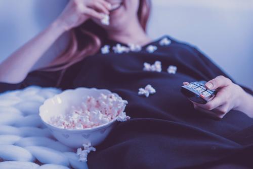 Врач-невролог Игорь Орлов посоветовал, в какой позе лучше всего смотреть телевизор