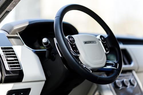 Внедорожник Range Rover стоимостью 15 млн рублей угнали в Москве от дома на Можайском шоссе