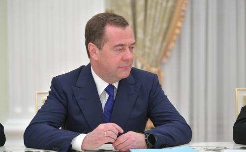 Медведев прокомментировал фото с фонарями в своем аккаунте
