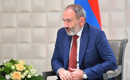 Пашинян прошел со своими сторонниками по улицам Еревана, его противники требуют отставки