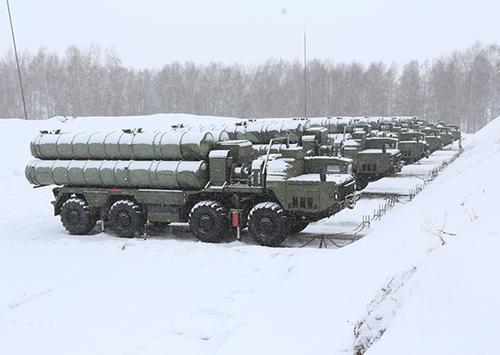 ЗРС С-400 «Триумф» зенитного ракетного полка ЦВО совершают марш на полигон Ашулук