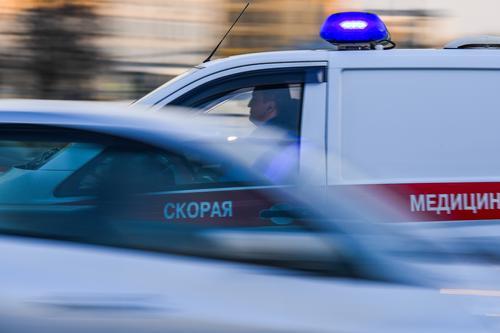 В Омске бетонный забор придавил трех женщин, есть погибшая
