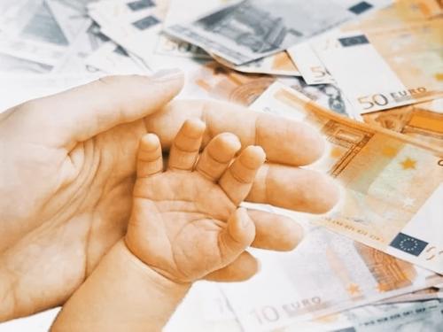 Правительство Латвии выплатит детям по 500 евро. Но все ли их получат