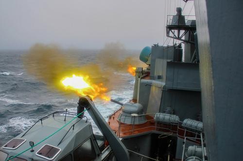 Боевой корабль ЧФ, вооруженный ракетами «Калибр» отразил воздушное нападение условного противника на порт Тартус