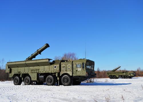 Для целеуказания при стрельбе ОТРК «Искандер» разведчики ВВО использовали комплекс автоматизированного управления «Стрелец»