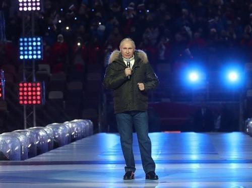 Путин поздравил россиян с Днем воссоединения Крыма на концерте в «Лужниках»
