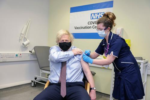 Джонсон привился от коронавируса вакциной AstraZeneca