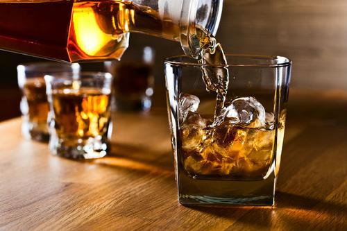 Во время пандемии экономику России поддержали алкоголь и табак