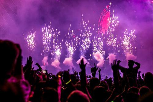 В Тюмени силовики остановили концерт российской певицы из-за угрозы минирования