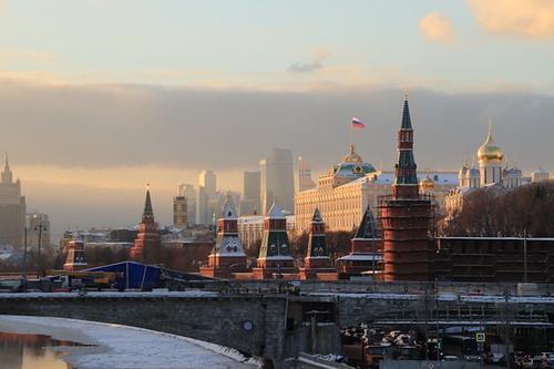 В Кремле не согласились с мнением Макрона о том, что РФ и Китай используют вакцины как инструмент влияния