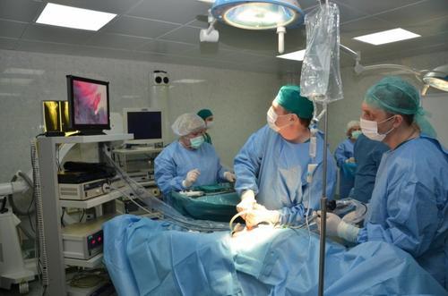 Более 100 сложнейших хирургических операций проведено в «красной зоне» военного госпиталя им. Бурденко