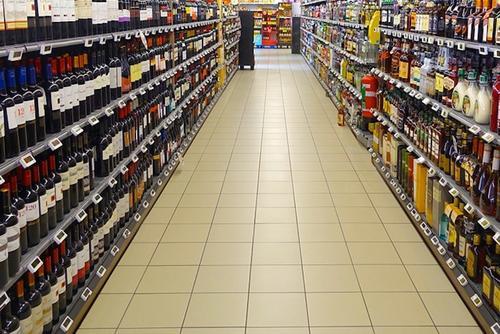Правозащитница Волынец предложила запретить продажу алкоголя и сигарет покупателям с детьми