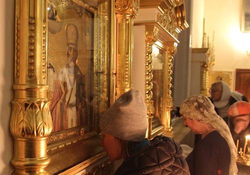 Протоиерей Максим Первозванский призвал верующих воздержаться от целования икон в храмах на Благовещение