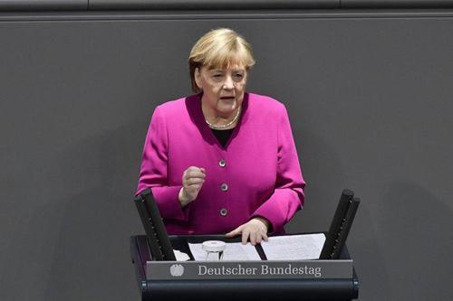 Меркель призвала Путина сократить военное присутствие России у границ Украины