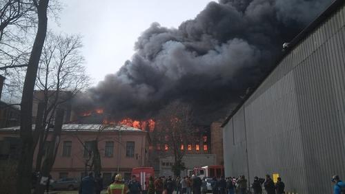 Огонь перекинулся с Невской мануфактуры на соседнее здание
