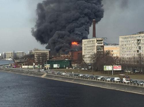 Пожар в хостеле рядом с Невской мануфактурой в Санкт-Петербурге потушили